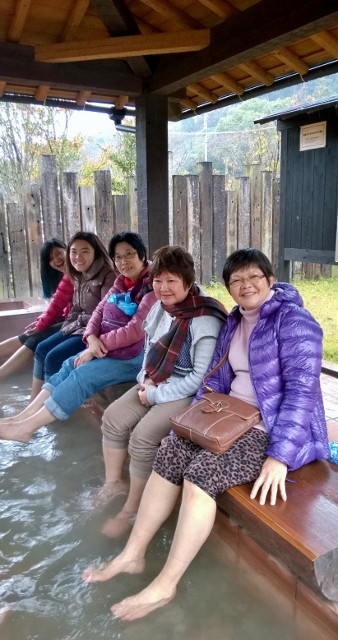 Soaking the feet in hot spring water