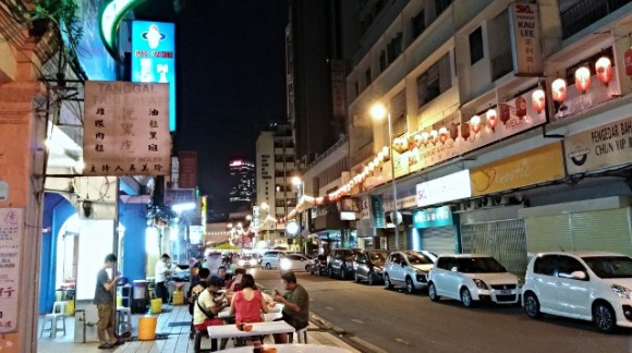 Eating by the streets of Chinatown