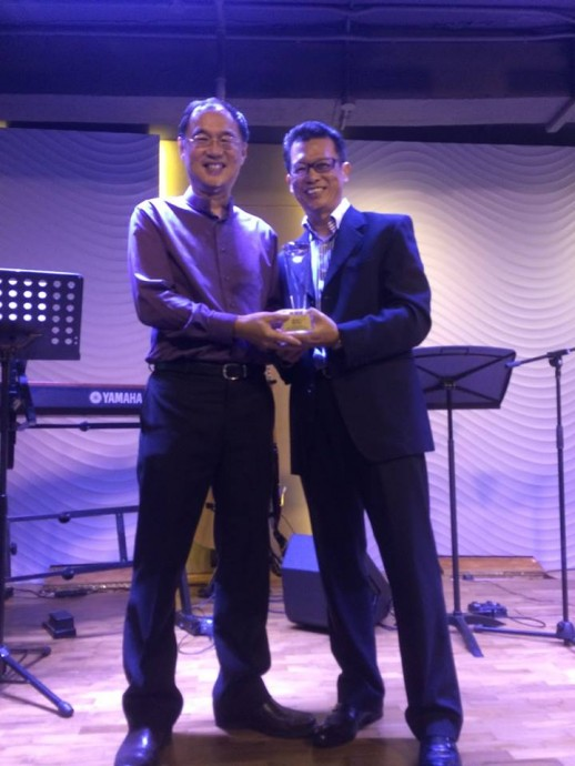Pastor Kenny receiving his 35 years long service award from Francis Shin, the WRPF Board of Elders President.
